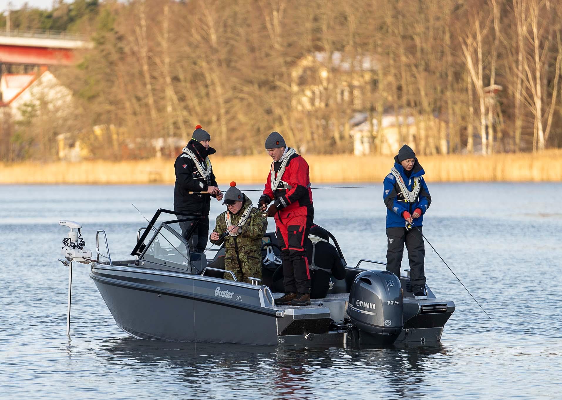 Kalastusvene Buster XXL heittokalastusvarustuksella